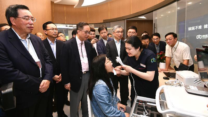 政制及内地事务局局长聂德权(左二)、创新及科技局局长杨伟雄(左三)和财经事务及库务局局长刘怡翔(左四)今日(四月二十四日)与立法会议员在杭州参观微医集团。