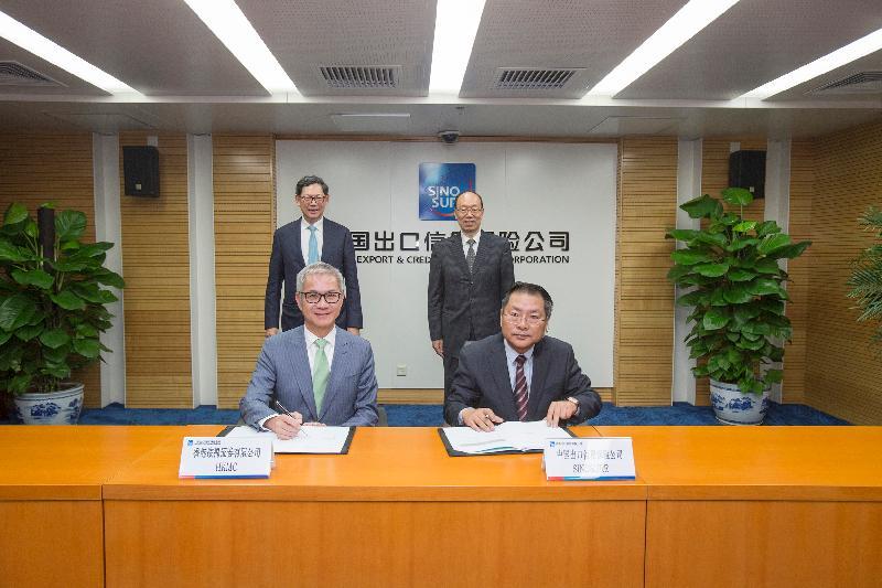 按揭證券公司執行董事兼總裁李令翔(前排左)及中國出口信用保險公司副總經理查衛民(前排右)今日(四月二十四日)簽訂有關基建融資合作《諒解備忘錄》。