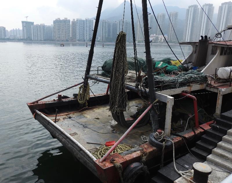 漁 農 自 然 護 理 署 、 水 警 及 深 圳 的 漁 政 支 隊 昨 晚 ( 四 月 二 十 五 日 ) 在 東 平 洲 一 帶 水 域 進 行 打 擊 非 法 捕 魚 的 聯 合 行 動 , 截 獲 一 艘 涉 嫌 非 法 拖 網 捕 魚 的 漁 船 , 拘 捕 船 上 三 名 內 地 男 子 。 圖 示 該 艘 懷 疑 非 法 拖 網 捕 魚 的 漁 船 。