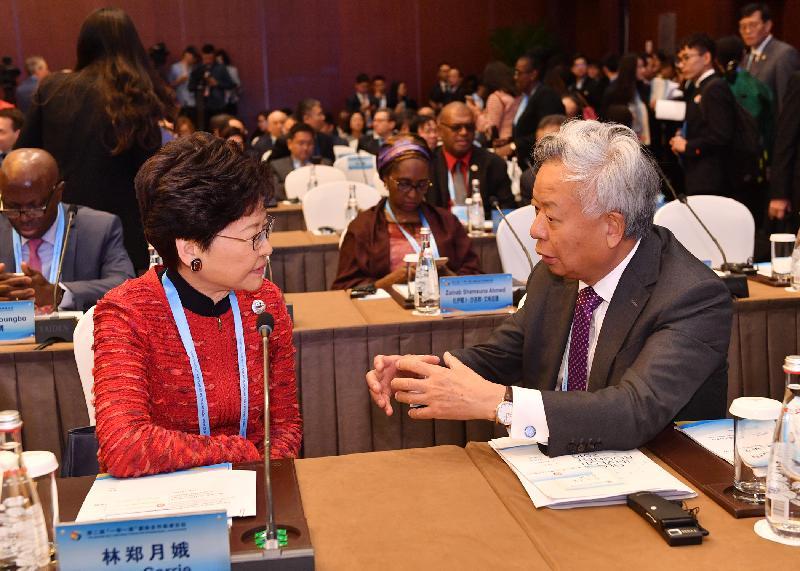 行政長官林鄭月娥(左)於四月二十五日至二十六日在北京出席第二屆「一帶一路」國際合作高峰論壇期間,與亞洲基礎設施投資銀行行長兼董事會主席金立群交流。