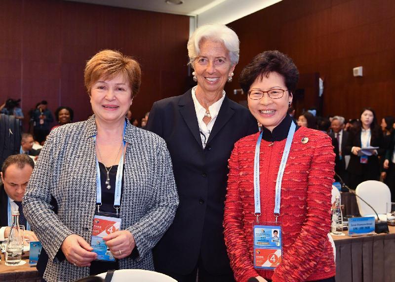 行政長官林鄭月娥(右)於四月二十五日至二十六日在北京出席第二屆「一帶一路」國際合作高峰論壇期間,與世界銀行集團首席執行官克里斯塔利娜·格奧爾基耶娃(左)和國際貨幣基金組織總裁拉加德(中)合照。