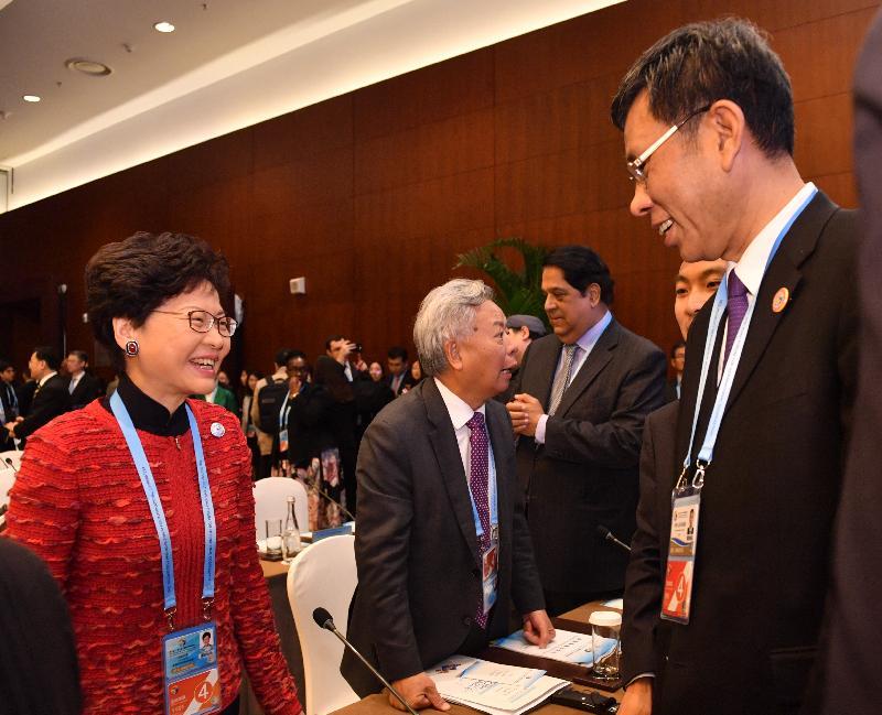 行政長官林鄭月娥(左一)於四月二十五日至二十六日在北京出席第二屆「一帶一路」國際合作高峰論壇期間,與財政部部長劉昆(右一)交流。