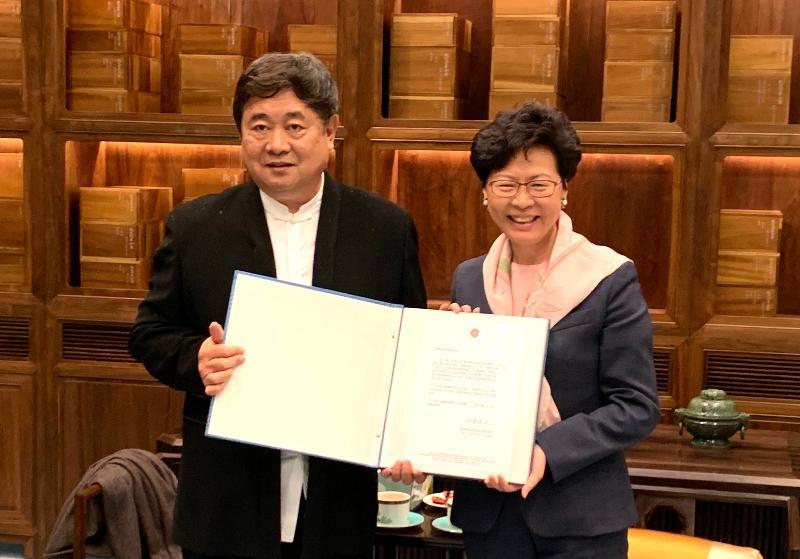 行政長官林鄭月娥(右)於四月二十四日在北京故宮博物院與上任院長單霽翔博士見面,並向他送贈親自設計的紀念相冊,感謝他多年來支持香港特區的工作。