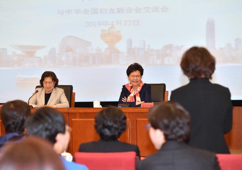 行政長官林鄭月娥今日(四月二十七日)上午在北京出席由中華全國婦女聯合會舉辦的交流會,並發表演說。圖示林鄭月娥(中)與出席嘉賓交流。旁為中華全國婦女聯合會副主席、書記處第一書記黃曉薇(左)。