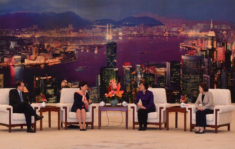 行政長官林鄭月娥今日(四月二十七日)上午在北京出席由中華全國婦女聯合會舉辦的交流會,並發表演說。圖示林鄭月娥(左二)會後與中華全國婦女聯合會主席沈躍躍(右二)會面。旁為行政長官辦公室主任陳國基(左一)和中華全國婦女聯合會副主席、書記處第一書記黃曉薇(右一)。