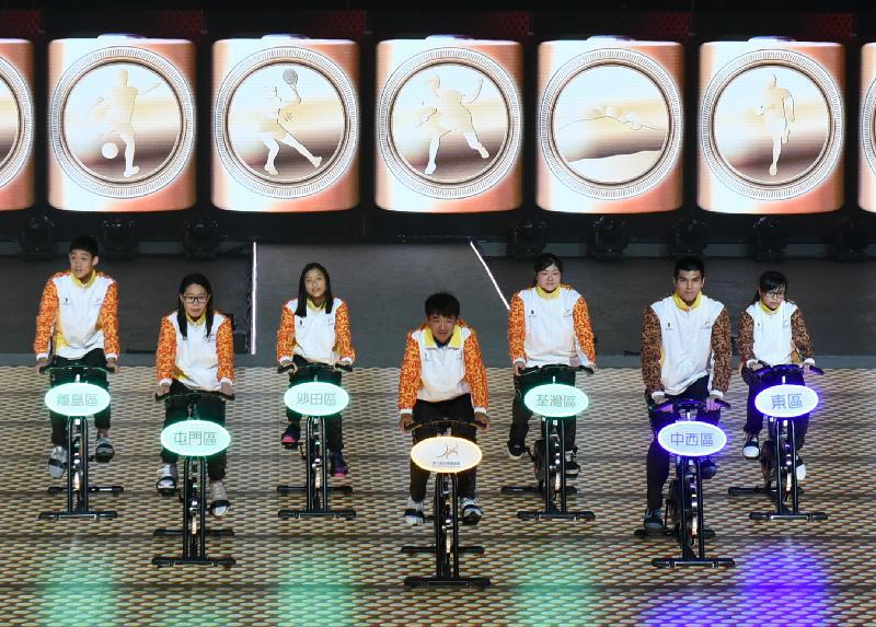 前香港單車代表隊成員黃金寶(中)今日(四月二十八日)在第七屆全港運動會(港運會)開幕典禮上帶領十八區運動員一同踏單車,為港運會注入能量。