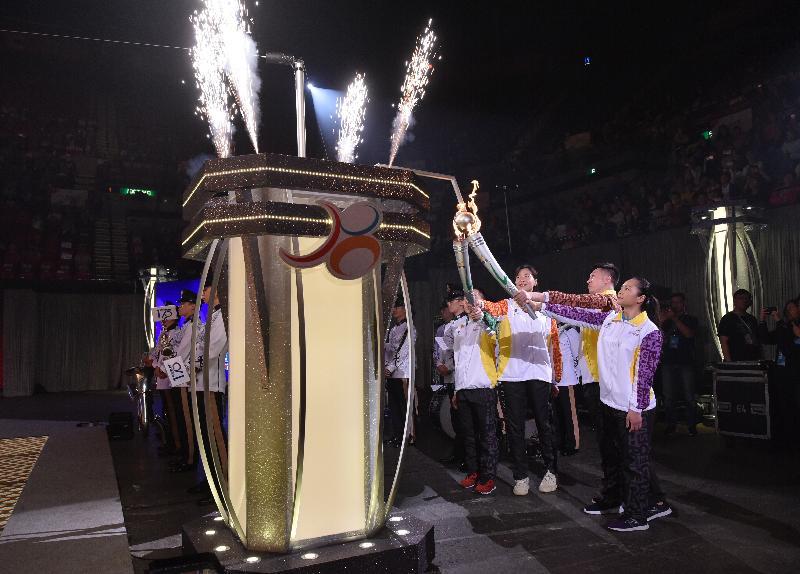 國家奧運金牌運動員魏秋月(右三)及王鎮(右二)與香港精英運動員李慧詩(右一)及歐鎮銘(右四)今日(四月二十八日)在第七屆全港運動會開幕典禮燃點聖火。