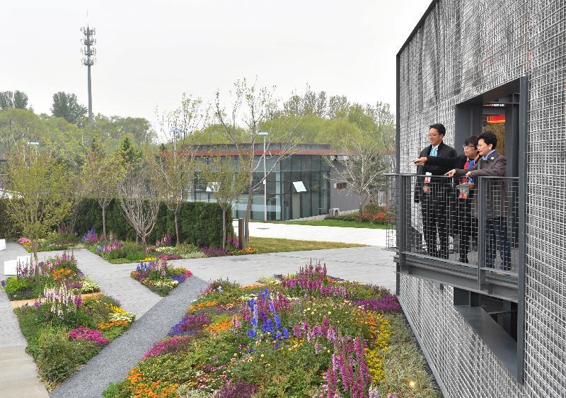 行政長官林鄭月娥今日(四月二十八日)在北京出席2019年中國北京世界園藝博覽會。圖示林鄭月娥(右)和國務院港澳事務辦公室主任張曉明(左)參觀香港園,並聽取建築署署長林余家慧(中)的講解。