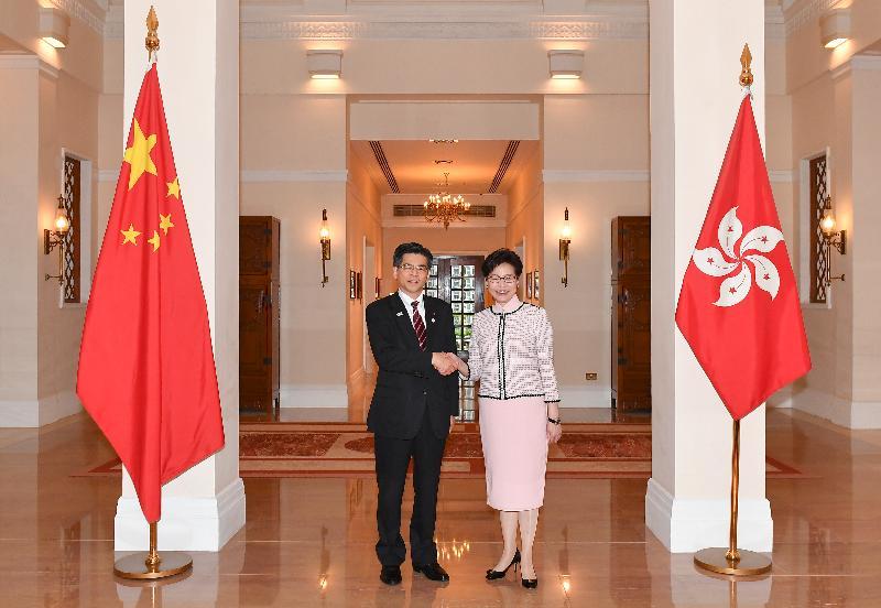 行政長官林鄭月娥(右)今日(五月二日)下午在禮賓府與訪港的日本國土交通大臣石井啟一(左)會面。