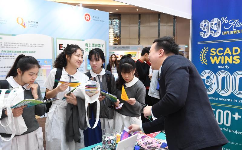 「多元出路資訊SHOW 2019」今日(五月三日)及明日(五月四日)在九龍灣國際展貿中心舉行。圖示學生參觀展覽攤位,獲取升學及就業資訊。