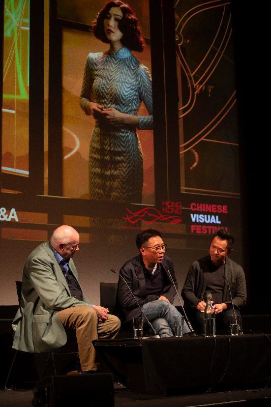 香港駐倫敦經濟貿易辦事處贊助在倫敦舉行的華語視像藝術節下的香港節目,藉此在英國推廣香港電影。香港著名導演關錦鵬近作《八個女人一台戲》為香港節目的開幕電影,於五月二日(倫敦時間)首映。圖示關錦鵬(中)在電影放映後與觀眾交流。