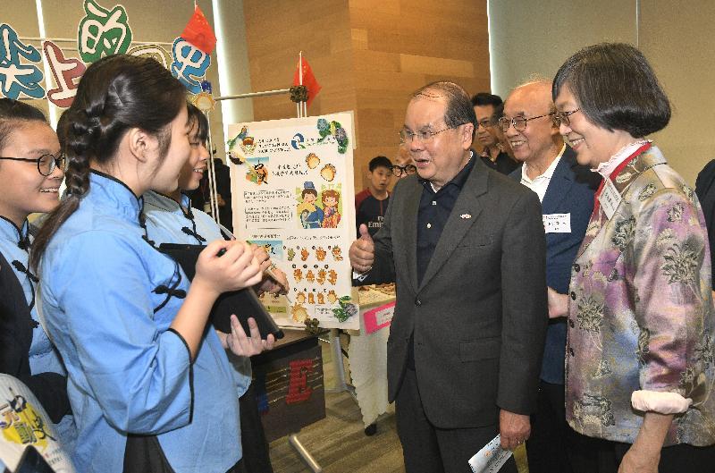 政務司司長張建宗(右三)今日(五月四日)出席香港中華文化發展聯合會舉辦的「百年五四」展覽開幕禮,並參觀展覽。