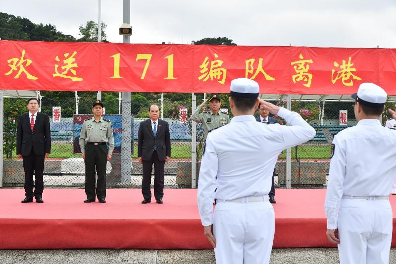 政務司司長張建宗(左三)今日(五月五日)上午在昂船洲軍營出席中國人民解放軍海軍171編隊靠泊香港歡送儀式,並和其他主禮嘉賓向中國人民解放軍海軍艦艇編隊指揮員道別。