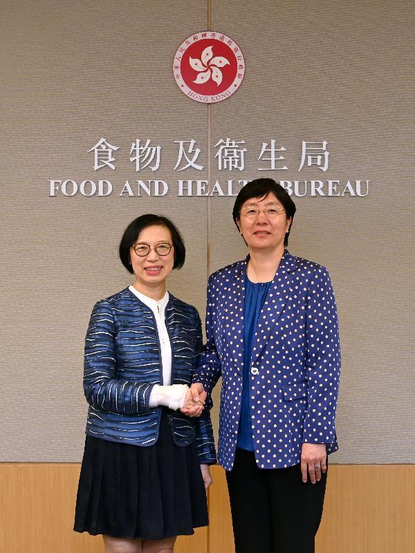 食物及衞生局局長陳肇始教授(左)今日(五月七日)在政府總部與國家藥品監督管理局局長焦紅會面。