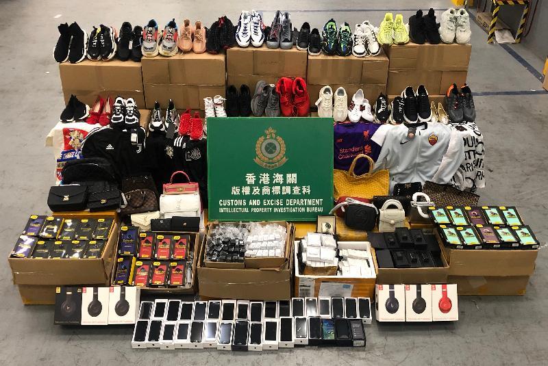 香港海關於一月至四月期間採取執法行動,打擊輸往美國的跨境冒牌物品活動,檢獲共約五萬五千件懷疑冒牌物品,估計市值約七百萬元。圖示部分檢獲的懷疑冒牌物品。
