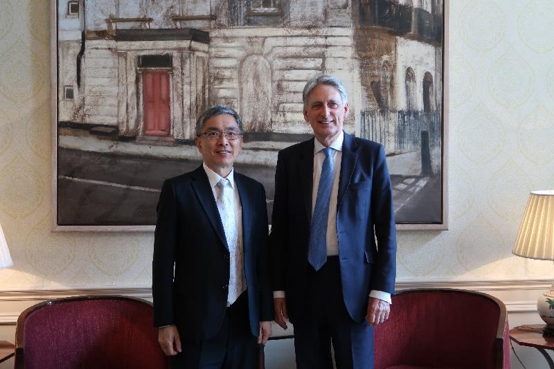 財經事務及庫務局局長劉怡翔(左)五月八日(倫敦時間)在英國倫敦與英國財政大臣夏文達(右)會面。