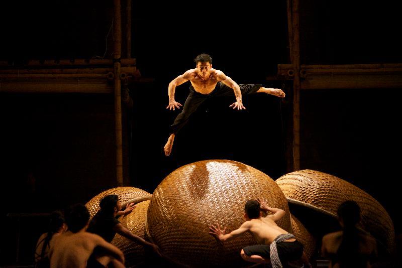 每年一度的大型藝術節「國際綜藝合家歡」七月五日至八月十八日舉行,為小朋友和全港家庭送上富啟發性及賞心悅目的節目,與市民共度暑假。門票明日(五月十日)起於城市售票網發售。越南眉月製作的《吖噢!越南》,糅合雜技、柔身術、武術、舞蹈、喜劇與現代舞台設計,帶來充滿越式風情的大型雜技盛會。