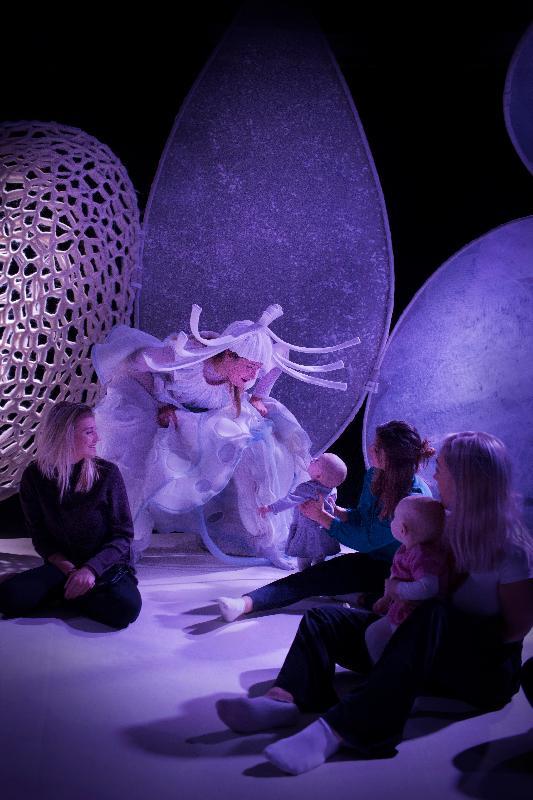 每年一度的大型藝術節「國際綜藝合家歡」七月五日至八月十八日舉行,為小朋友和全港家庭送上富啟發性及賞心悅目的節目,與市民共度暑假。門票明日(五月十日)起於城市售票網發售。瑞典皇家歌劇院《寶寶萬花筒》帶來專屬幼兒的歌劇,讓幼兒自由探索顏色、形狀、聲音及動作等元素。