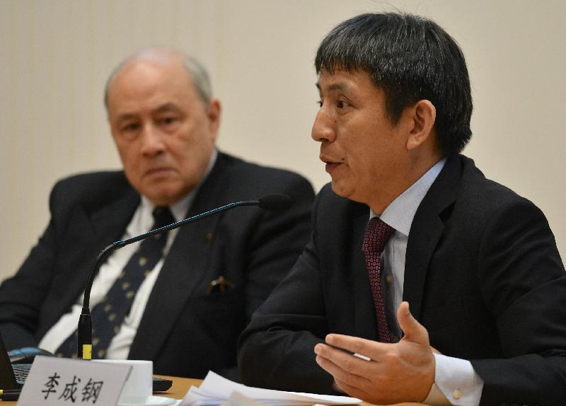 國家商務部部長助理李成鋼(右)今日(五月十日)在律政司與亞洲國際法律研究院合辦的《中華人民共和國外商投資法》宣講會,闡述《外商投資法》。