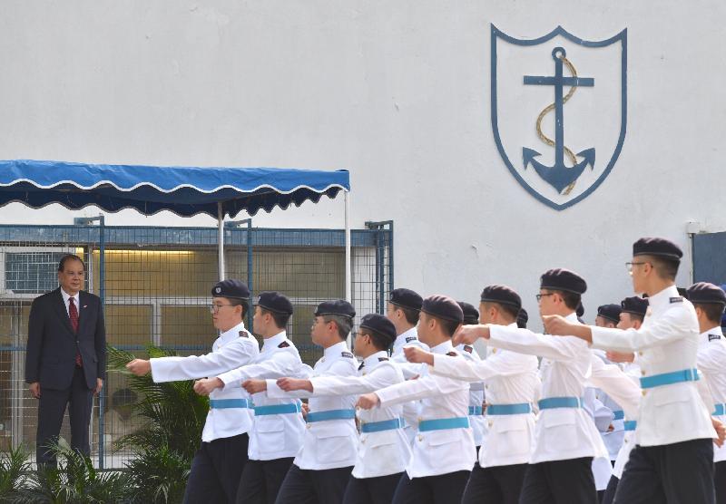 政務司司長張建宗(左)今日(五月十日)在赤柱出席香港航海學校畢業會操,並檢閱畢業學員。