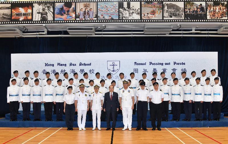 政務司司長張建宗今日(五月十日)在赤柱出席香港航海學校畢業會操。圖示張建宗(前排中)、校董會主席兼校監趙不求(前排右三)、校長陳道沛(前排左三)及其他嘉賓與畢業學員合照。