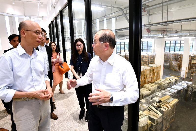 政務司司長張建宗(右一)今日(五月十五日)在環境局局長黃錦星(左一)陪同下參觀WEEE.PARK內的復修工場,了解如何把一些仍可運作的舊電器修復成「再生電器」。