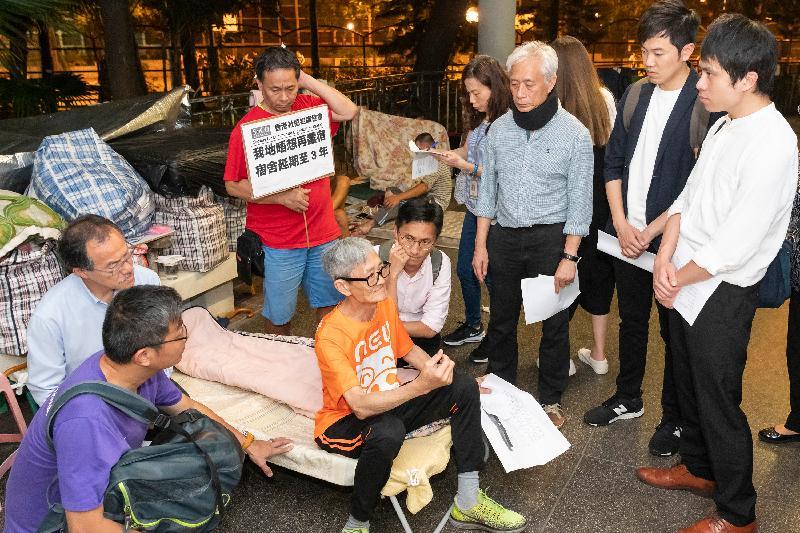 立法會議員昨晚(五月十五日)到深水埗探訪無家者,以跟進向他們提供協助的事宜。圖示議員在通州街公園探訪無家者。