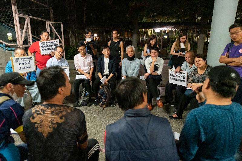 立法會議員昨晚(五月十五日)到深水埗探訪無家者,以跟進向他們提供協助的事宜。圖示議員與無家者交流,了解他們的住宿需要。