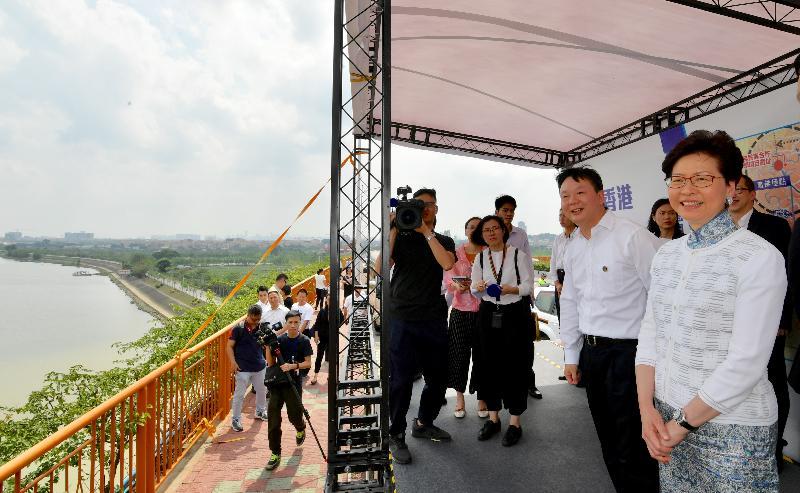 行政長官林鄭月娥(右一)今日(五月十六日)在佛山參觀海怡大橋,聽取佛山市市長朱偉(右二)介紹周邊地區的規劃。