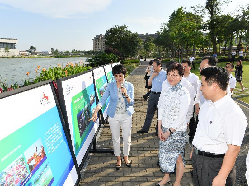 行政長官林鄭月娥(右二)今日(五月十六日)考察佛山聽音湖。
