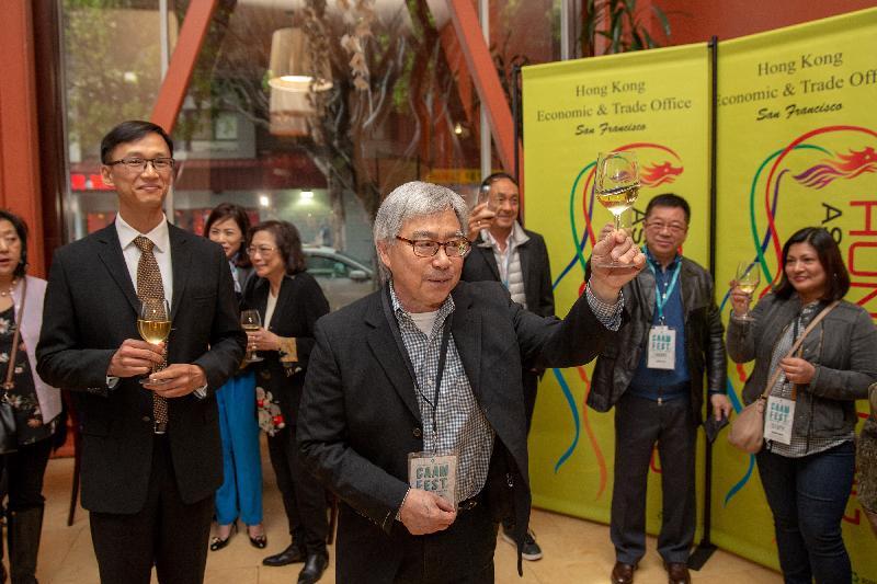 香港駐三藩市經濟貿易辦事處處長蔣志豪五月十五日(三藩市時間)出席第三十七屆美亞國際電影節《淪落人》放映前的酒會。圖示美亞媒體中心總監 Stephen Gong(前排右)及蔣志豪(前排左)於酒會上祝酒。