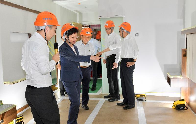 行政長官林鄭月娥(左二)今日(五月十八日)在江門參觀中集模塊化建築廠房。