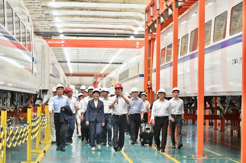 行政長官林鄭月娥(前排左二)今日(五月十八日)在江門參觀中車廣東軌道車輛廠房。