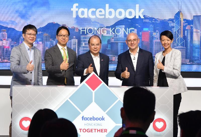 政務司司長張建宗今日(五月二十日)出席Facebook香港新辦公室開幕禮。圖示張建宗(中)、Facebook大中華區總裁梁幼莓(右一)、Facebook全球副總裁暨亞太區總裁Dan Neary(右二)及其他嘉賓在開幕禮上合照。