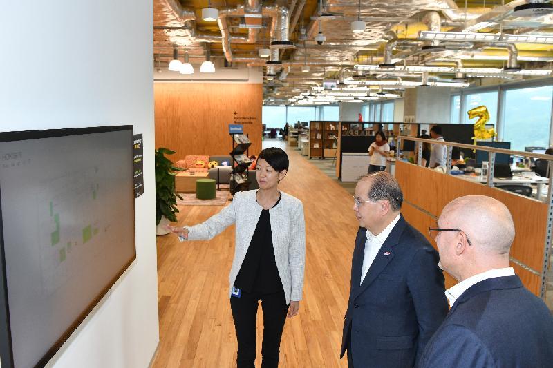 政務司司長張建宗今日(五月二十日)出席Facebook香港新辦公室開幕禮。圖示張建宗(中)在開幕禮前參觀Facebook新辦公室。