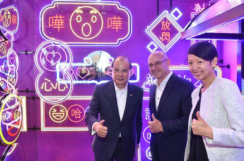 政務司司長張建宗今日(五月二十日)出席Facebook香港新辦公室開幕禮。圖示張建宗(左)在開幕禮前參觀Facebook新辦公室。