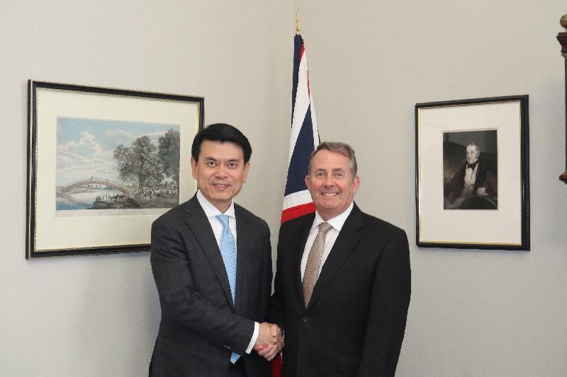 商務及經濟發展局局長邱騰華(左)昨日(倫敦時間五月二十日)在英國倫敦與英國國際貿易大臣霍理林會面,討論港英雙邊貿易關係等議題。
