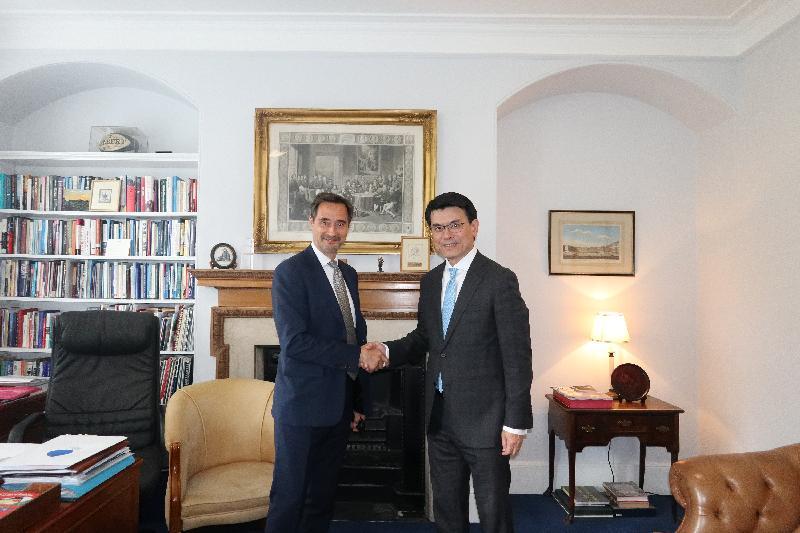商務及經濟發展局局長邱騰華(右)昨日(倫敦時間五月二十日)在英國倫敦與查塔姆研究所主任Robin Niblett博士會面,討論了多項經貿議題。
