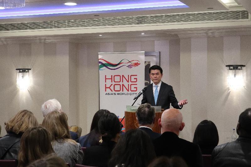 商務及經濟發展局局長邱騰華昨日(倫敦時間五月二十日)在英國倫敦出席有關創意產業及設計的研討會,並向當地業界推介香港可協助他們拓展內地及亞洲市場所帶來的機遇。