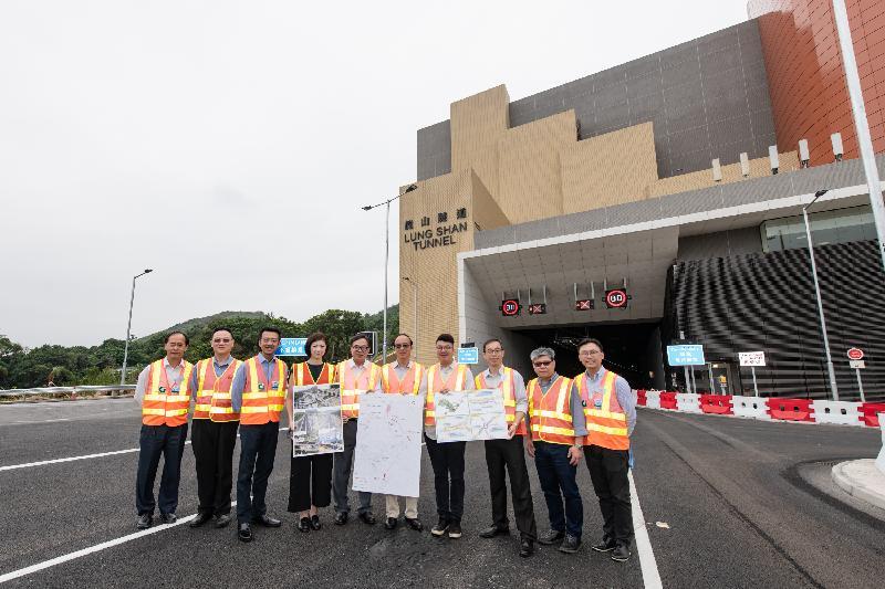 立法會議員(左四至左七)容海恩、盧偉國、馬逢國和劉國勳今日(五月二十一日)視察龍山隧道。
