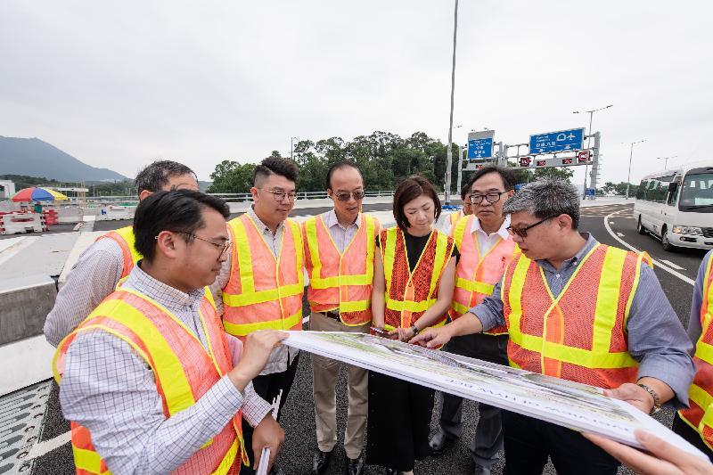 立法會議員今日(五月二十一日)在香園圍公路的高架橋聽取運輸署代表簡介蓮塘/香園圍口岸項目和香園圍公路的交通安排。