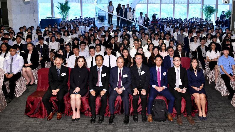 政務司司長張建宗今日(五月二十一日)出席香港大學生內地實習計劃2019出發授旗禮。圖示張建宗(前排左四)、活動召集人王耀瑩(前排右四)及其他嘉賓在典禮上合照。