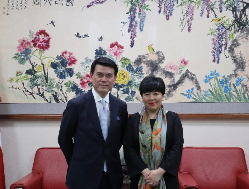 商務及經濟發展局局長邱騰華(左)今日(倫敦時間五月二十一日)在英國倫敦禮節性拜會中國駐英國臨時代辦大使陳雯(右)。