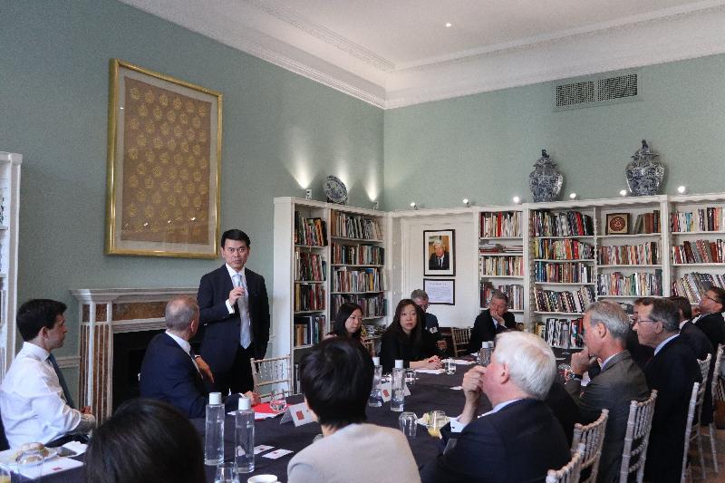 商務及經濟發展局局長邱騰華(左三)今日(倫敦時間五月二十一日)在英國倫敦出席「亞洲之家」的圓桌會議並發言,鼓勵英國企業善用香港的獨特優勢發掘「一帶一路」倡議及粵港澳大灣區建設帶來的商機。
