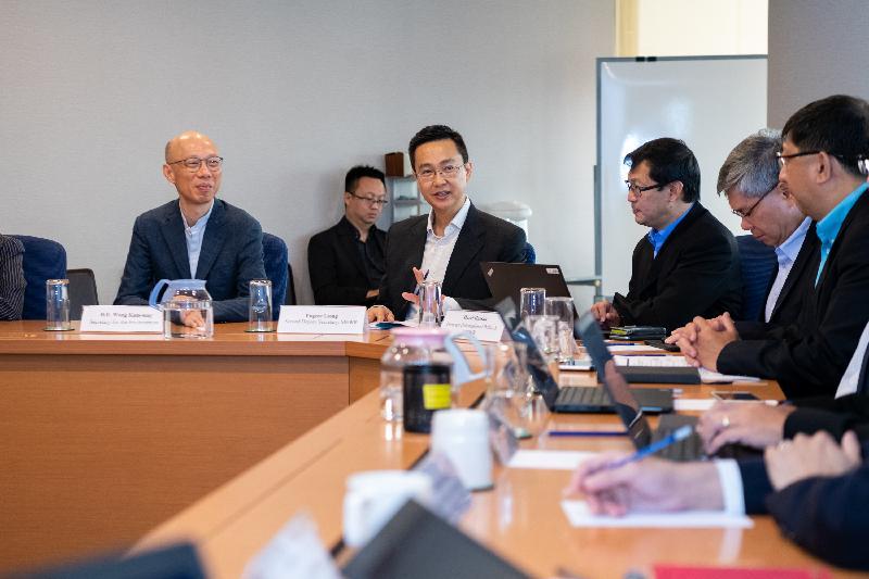 環境局局長黃錦星(左一)今日(五月二十二日)在新加坡與新加坡環境及水源部和新加坡國家環境局官員會面,了解當地有關氣候變化、節能及空氣質素管理等方面的政策。
