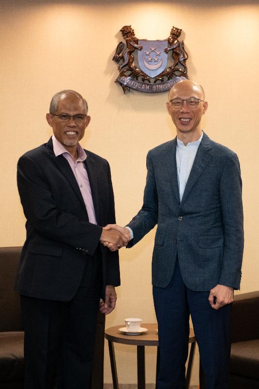 環境局局長黃錦星(右)今日(五月二十二日)在新加坡與新加坡環境及水源部長馬善高(左)舉行雙邊會議,就共同關心的議題交換意見。
