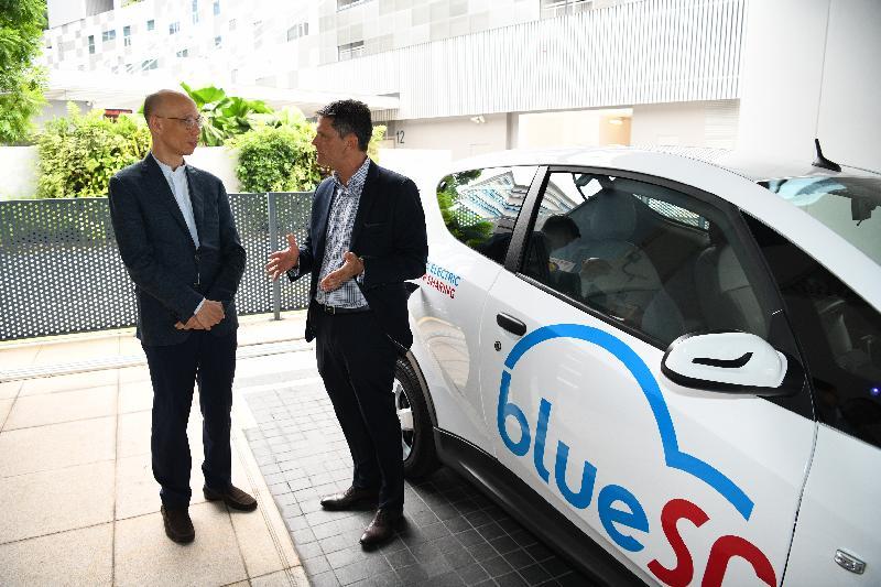 環境局局長黃錦星(左)今日(五月二十二日)在新加坡到訪電動車共享公司,聽取公司人員簡介當地電動車發展。
