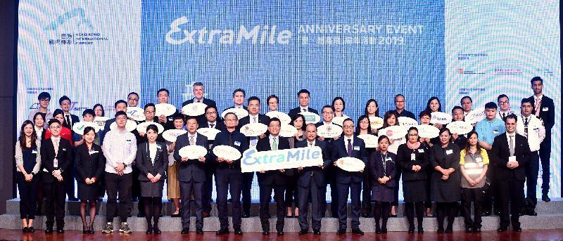 政務司司長張建宗(前排右七)與香港機場管理局行政總裁林天福(前排右八)及其他嘉賓今日(五月二十二日)在「里‧想高飛」周年活動2019與參加者合照。