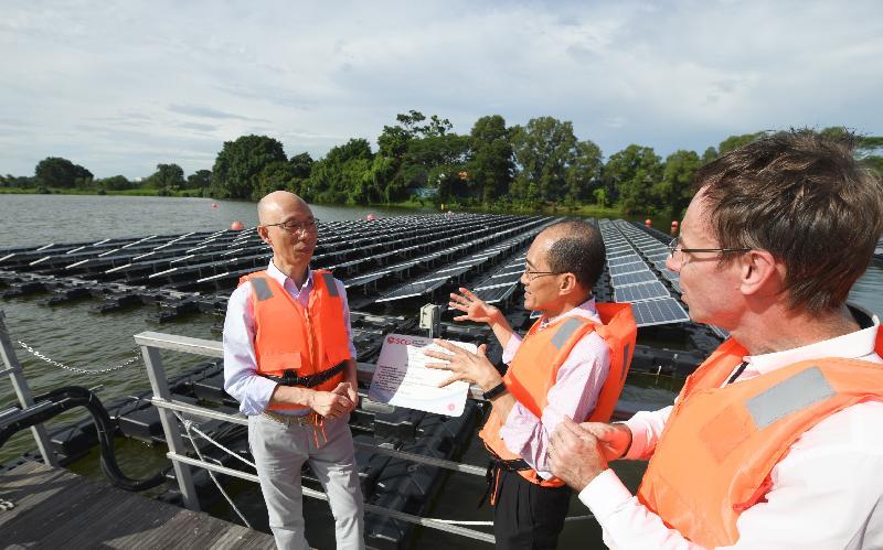 環境局局長黃錦星(左)今日(五月二十三日)參觀新加坡登格水庫,視察該處的浮動太陽能板發電裝置。