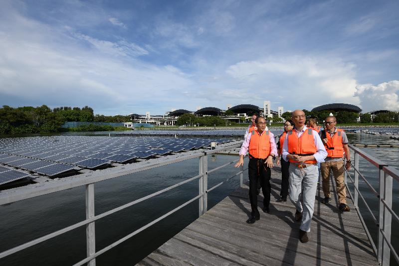 環境局局長黃錦星(中)今日(五月二十三日)參觀新加坡登格水庫,視察該處的浮動太陽能板發電裝置。